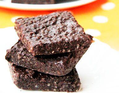 Con sólo dos ingredientes principales (quinoa y chocolate) estas barras son muy fáciles de hacer, deliciosas, y nutritivas también!