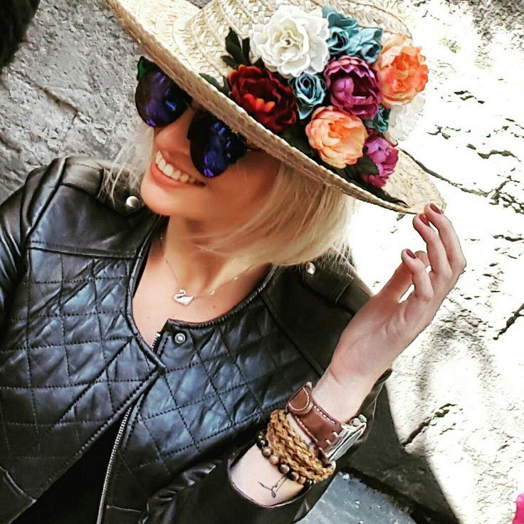 Çiçekli hasır şapka   Hasır şapka üzerine, çiçek ve yapraklarla renk katılmıştır. İster günlük kullanımda, ister plajda kullanılabilecek şıklıkta  ✌ meynidesign@gmail.com #beach #plaj #hatdesign #şapka #çiçek #flowers