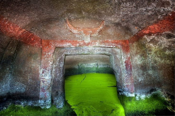 """Anela ( #Sardegna), Tomba VI della necropoli a """"Domus de Janas"""" Sos Forrigheddos. Neolitico finale (cultura di San Michele, 3200-2800 a.C.) -Foto di Nicola Castangia"""