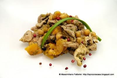 La Piccola Casa: tajine di coscia di pollo con albicocche essiccate, ceci e porro al profumo di santoreggia e cumino