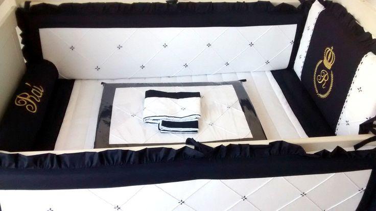 Produzido em Piquet puro algodão este kit contém acabamento especial com lâminas de espuma enroladas em manta acrílica, para os protetores, que ficam mais fofos porém não redondos.    Composição 12 pçs  - Protetores de berço (1 cabeceira +2 laterais) 3 pçs  - Trocador com espuma + plástico envelo...