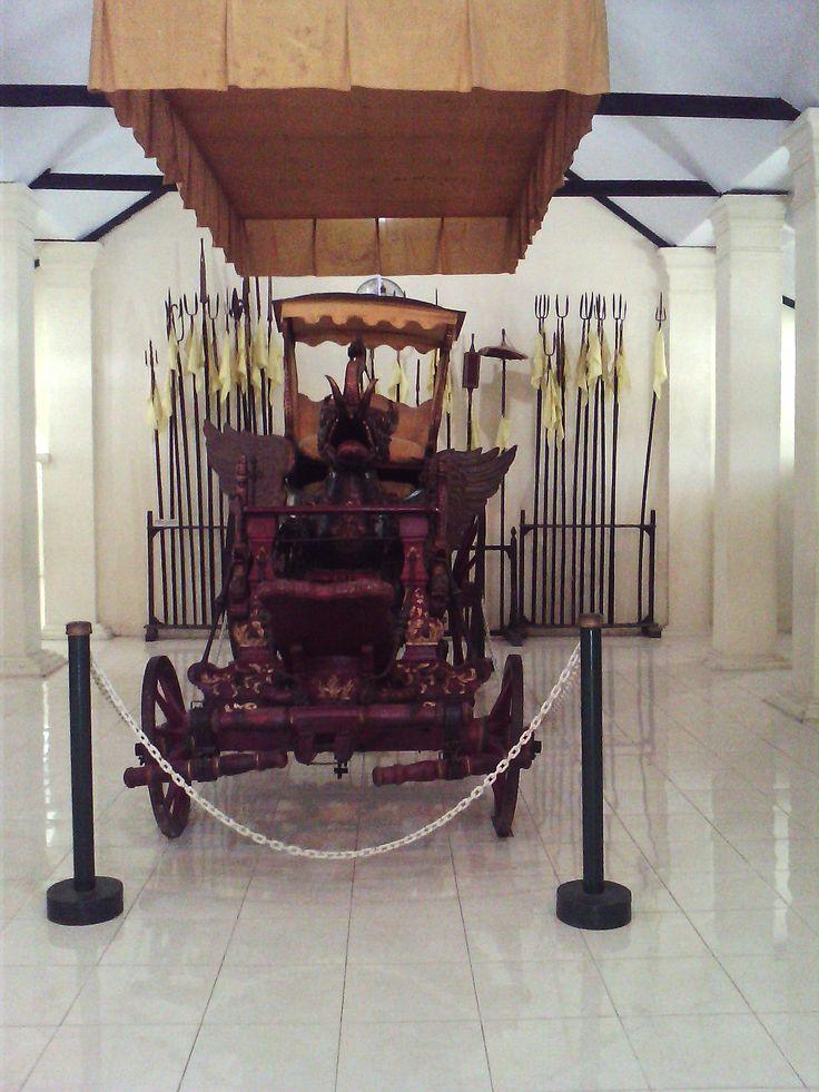 Kini kereta asli ini tersimpan di musium keraton Kesepuhan Cirebon