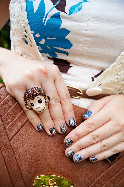 Monkey ring + Glitter nails  http://nailartpaintersp.blogspot.com.es/