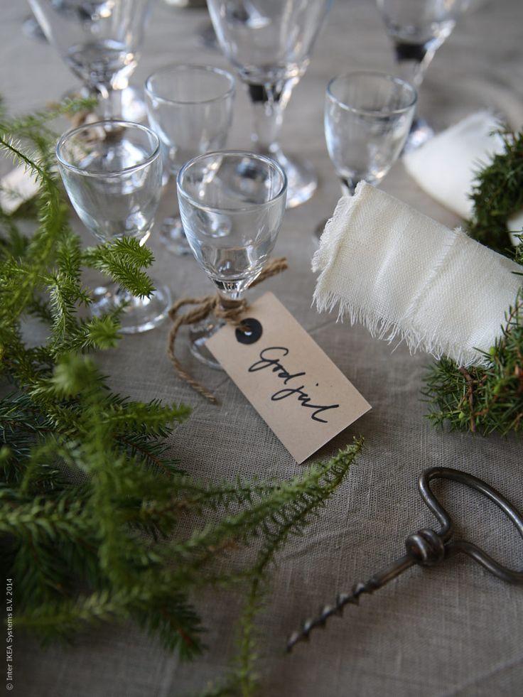 Detaljer förgyller årets jul på IKEA. Här har stylist Lotta Agaton valt att gå mot det rustika och mer traditionella hållet. Hon använder metervara av 100 % linne som dukar och servetter och väldoftande granris adderar en naturlig känsla till buffébordet.