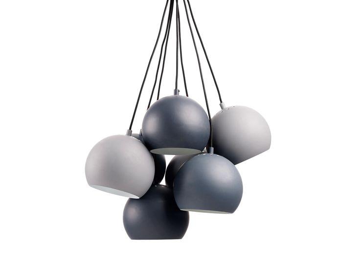Lampen Ball er en klassiker. Her ses den i en ny klynge-utgave, som gjør det enkle uttrykket til lampen til en fin skulptur over spisebordet.