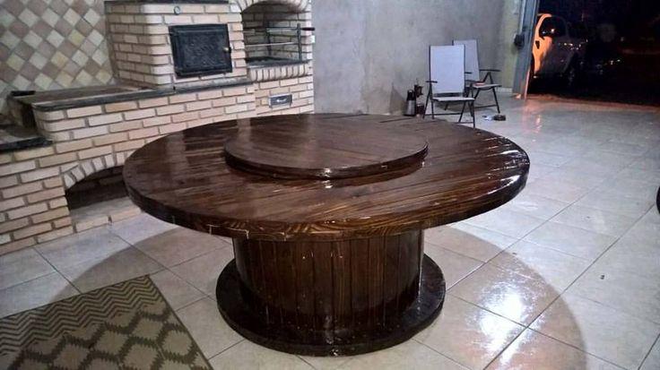 Esta mesa foi feita em uma Bobina de fio de 1,9 m de diâmetros e um outro tampo giratório de 1 m deito com pallets. E a estrutura da mesa se abre formando um armário  sob a mesa.                                                                                                                                                                                 Mais
