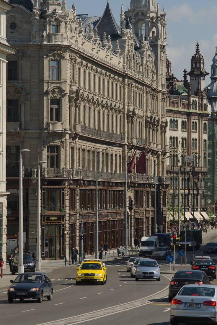 世紀の変わり目のニューヨークから、現代の中東まで。ブダペストの様々な通りや広場は、多様な建築物と組み合わされる事で、この都市をあらゆる時代のあらゆる場所の完璧な「替え玉」に作り上げることができます。