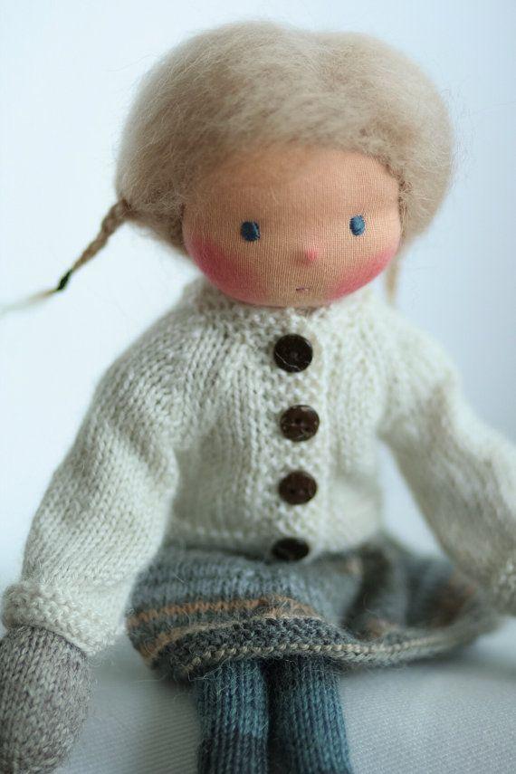 Poupée de fabrication artisanale selon la pédagogie Waldorf. La poupée Kora est 14(36 cm) de long. Sa tête est sculptée dans le style traditionnel de Waldorf ; la tête est en jersey 100 % coton de Netherlands.Her les yeux et la bouche sont brodés à la main. Kora est une nouveau style 14 « tricot poupée avec un corps minuscule et de longues jambes. Kora a une belle robe avec manches courtes, pull, chaussettes et bonnet. Le corps de la poupée est inspiré par Arne et Carlos livre, la tête est…