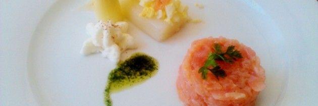 Voorgerecht van asperges met tartaar van rauwe en gerookte zalm en ei