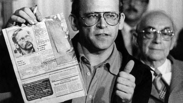 """Investigativer Journalismus 1977 Günter Wallraff stellt bei einer Pressekonferenz in Bonn sein Buch """"Der Aufmacher"""" vor   Bild: picture alliance / Peter Popp ard-alpha"""