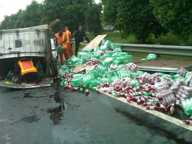 14:23 Kecelakaan Truk B 9262 JZ terbalik di KM 34,600 Tol JORR Bambu Apus (arah ke Kp Rambutan), lalin tersendat & msh penanganan.