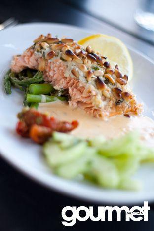 Gourmetmorsan: Ört- och ostbakad lax med basilikasås