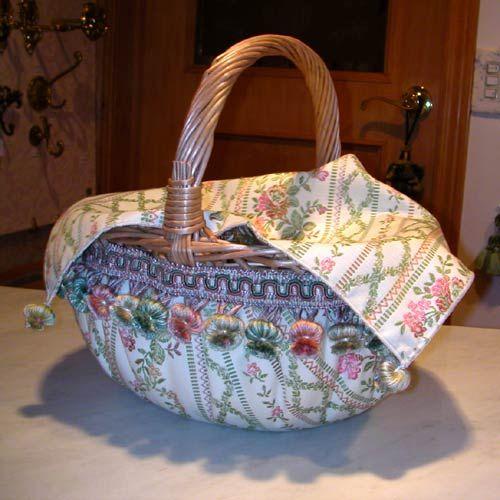 手つきバスケット カバー付き。カバーがついているので、中に何を入れていただいてもおしゃれに片付きます。***「Chez Mimosa シェ ミモザ」 ~Tassel&Fringe&Soft furnishingのある暮らし ~ フランスやイタリアのタッセル・フリンジ・ ファブリック・小家具などのソフトファニッシングで 、暮らしを彩りましょう http://passamaneriavermeer.blog80.fc2.com/