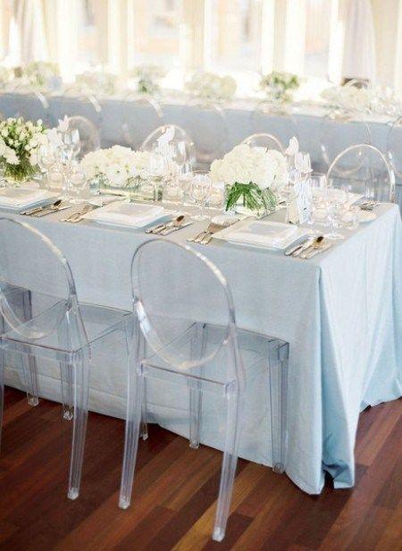 """leicht-blaue Tischdecke vielleicht mit weinroten """"Highlightes""""?"""