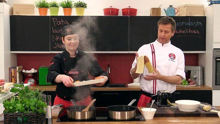 Lasagne on koko perheen suosikkiruokaa. Katso kuinka Akin ja Heidin keittiössä valmistetaan maistuva avolasagne. Reseptin tähän lasagneen löydät  Atrian Kokkaamosta osoitteesta http://www.kokkaamo.fi
