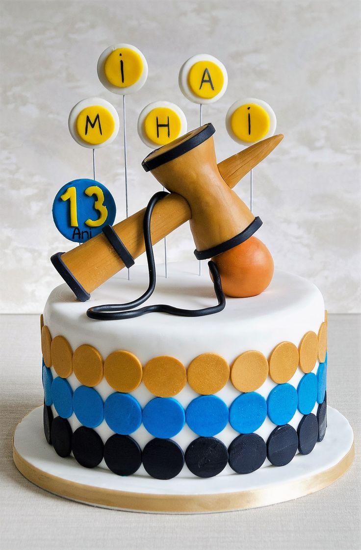 Kendama, o jucarie populara care face furori in ultima vreme, estede astazi si detaliul ce personalizeaza acest tort delicios. Culorile si detaliile le poti alege asa cum iti doresti.
