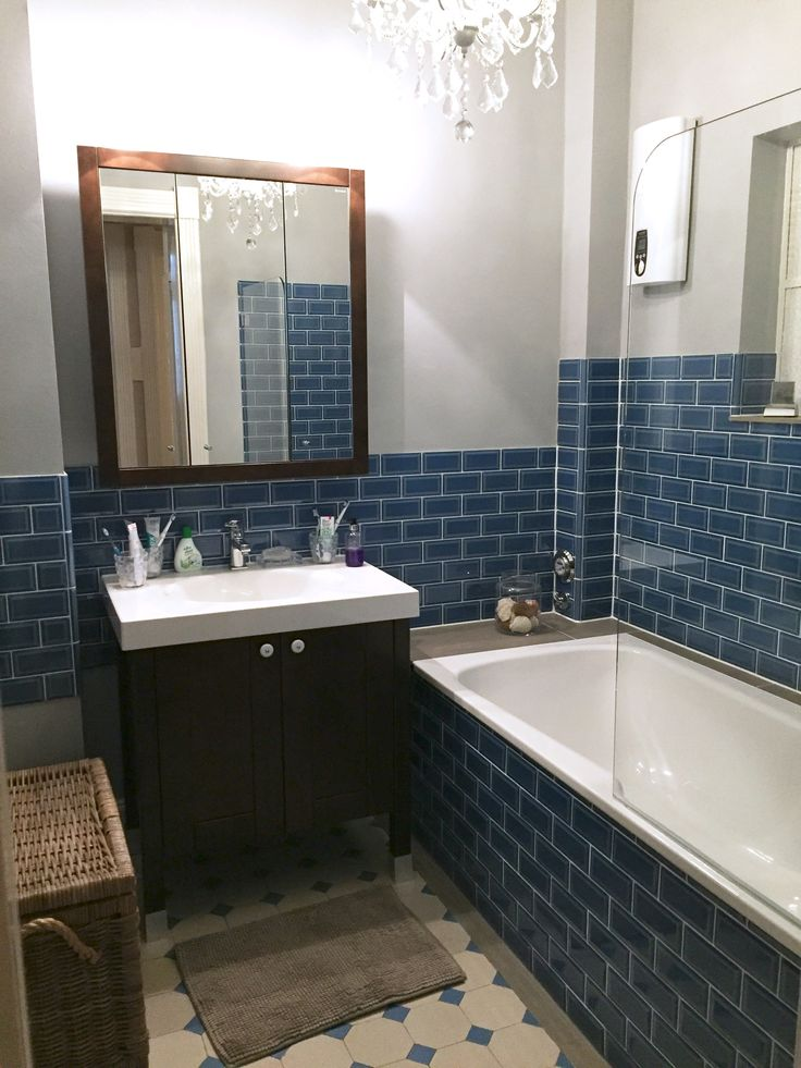 """Minibad nach Sanierung: blaue Metrofliesen (ADEX), dunkelbraune Badmöbel (Burgbad """"Finca""""), Kronleuchter (Butlers)"""