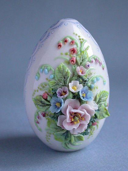 """Пасхальное яйцо """"Букет"""" - при выполнении лепки цветов использовался окрашенный высокотемпературными пигментами фарфор и потом дополнительно расписывался подглазурными и надглазурными краскам"""