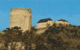Castelo Žebrák com castelo Točník por trás dele. O castelo foi construído na segunda metade do século XIII por Oldrich Zajic III. Hoje pertence ao Estado. Localiza-se na Boêmia Central, na República Tcheca.  Fotografia: Xspok00 (original uploader).