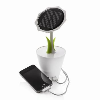 GIRASOLE SOLARE mod. P323.233 con batteria al litio ricaricabile da 2500mAh con output da 5V/max. 1000mA. 2 foglie di colore verde, grande pannello solare rotondo, input mini USB e output USB e 2 luci LED. Include cavo mini USB. Dimensioni: 23 x 10 x 10 cm.
