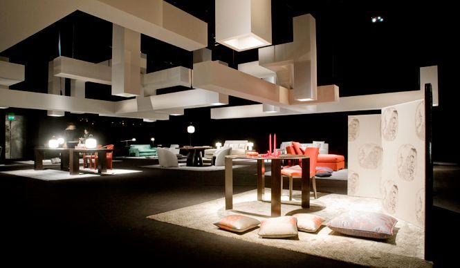 「ARMANI / CASA(アルマーニ / カーザ)」は、ミラノ・トルトーナ地区にたたずむ、安藤忠雄氏の手がけたアルマーニ / テアトロで新作コレクションを発表した。ブランド設立40周年を迎える今年、精力的に新作や限定モデルを発表するとと