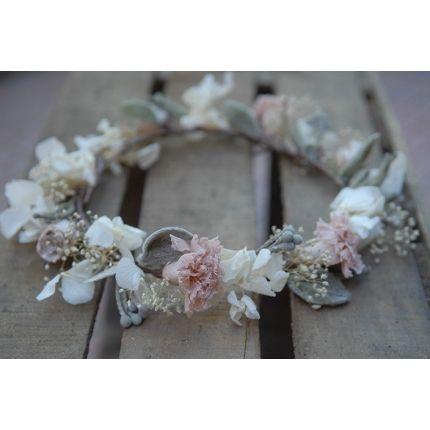 Corona de flores en tonos desvaidos