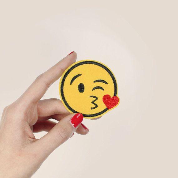 Comment Faire Un Coeur Sur Fb #4: Patch Brodé Smiley Emoji Coeur Et Bisou Ecusson Thermocollant Dimensions :  6 X6 Cm Vendu à