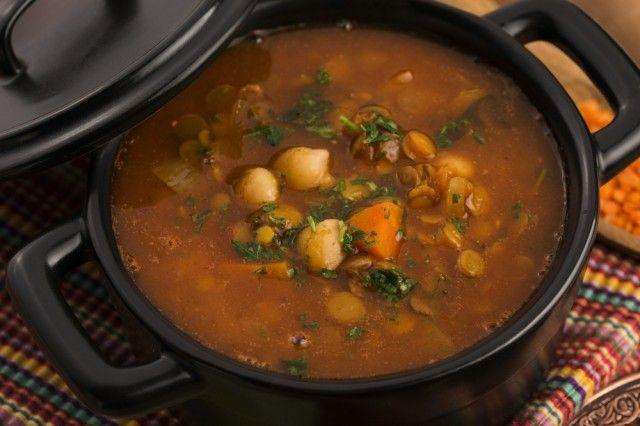 Harira. Dal Marocco arriva questa zuppa a base di agnello, pomodori freschi, ceci e lenticchie. La sua particolarità è l'aroma dato dall'harissa, una salsa piccantissima tipica di Marocco e Tunisia.
