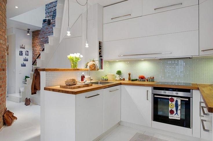 cucine bianche moderne e lucide con piani di lavoro in legno e illuminazione a led