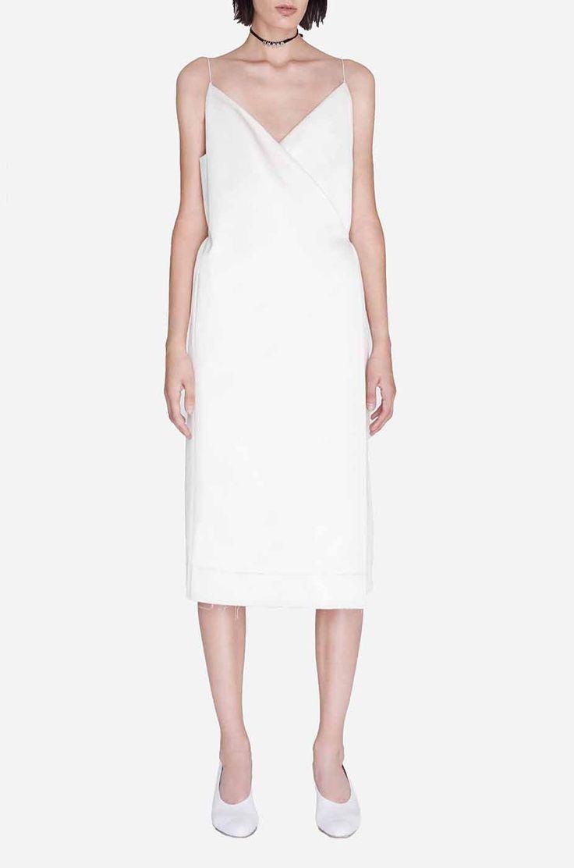 белое платье на тонких бретелях на запах
