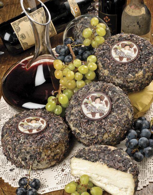 Il #Pecorino Cacio di Bacco, è un pecorino che viene stagionato sotto #vinaccia per prenderne l'aroma e il sapore. E' di pasta bianca e compatta, saporita e cremosa, aromatica.  Il gusto è pieno, ma delicato, perché il sapore del formaggio si fonde e si sposa con l'aroma della vinaccia. Parte delle vinacce vengono lasciate sopra la crosta, a scopo decorativo.   www.canticheese.com  #canticheese