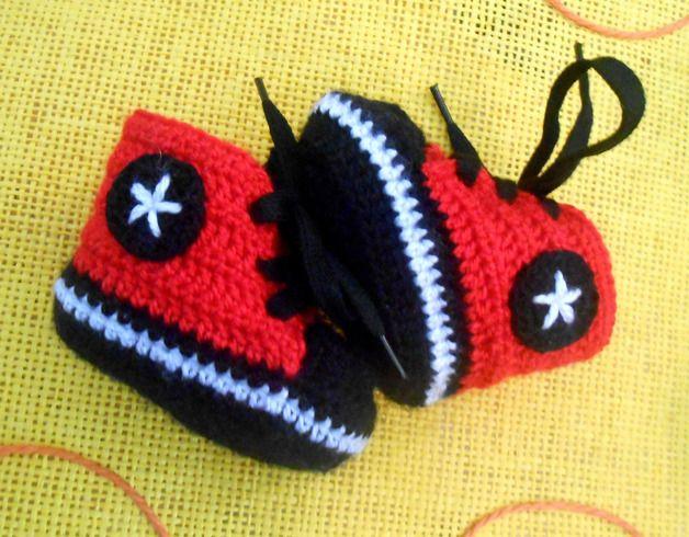 Chaussons tricotés, Bottes de type Converse bottillons noirs est une création orginale de Framberrys sur DaWanda