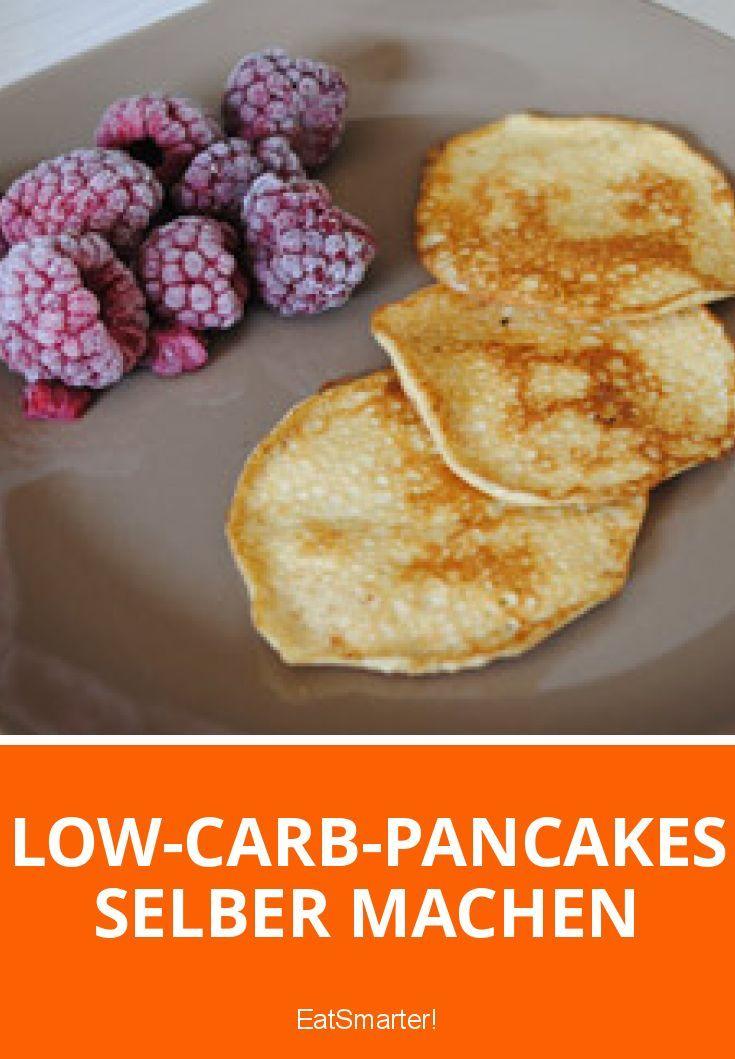 Egal ob mit Ahornsirup und Früchten oder herzhaft mit Bacon und Butter: Besonders in Amerika kommen Pancakes regelmäßig auf den Frühstücksteller. Mit reichlich Zucker und Mehl im Teig und einer ordentlichen Portion Sahne on top werden sie jedoch schnell zur Kalorienbombe. Aber lassen sich Pancakes nicht auch kalorienärmer und mit weniger Kohlenhydraten zubereiten? Die Antwort lautet ja.