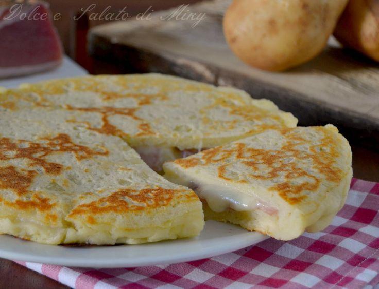 Focaccia di patate in padella, semplice, buona e dal cuore filante con mozzarella e speck, ottima farcita in tanti modi diversi.