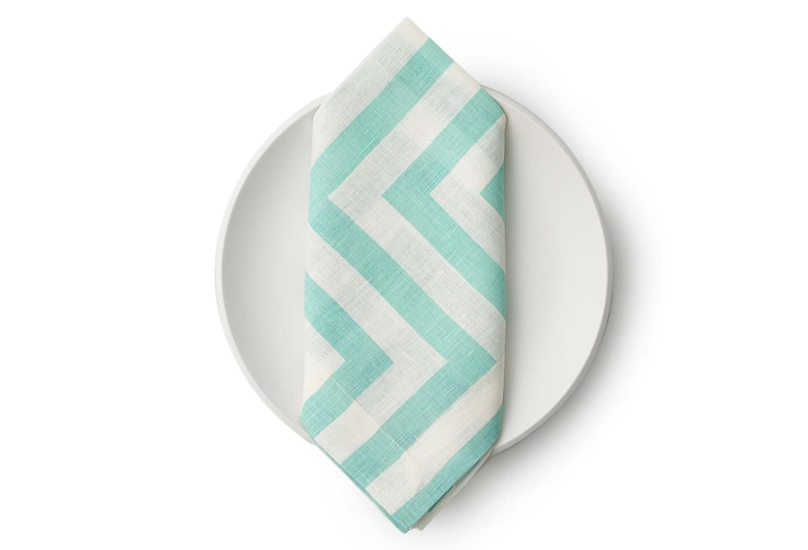 Love these aqua linen napkins for a summer tablescape