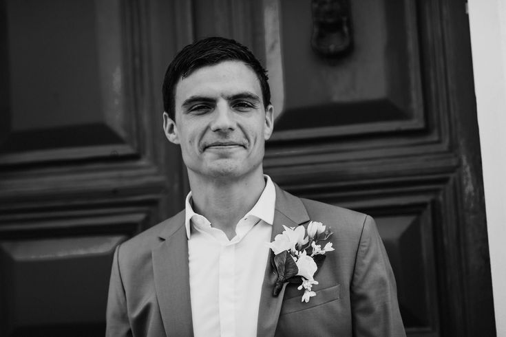 In 30 degree heat, you're not going to want a tie or waistcoat. Just a light suit, shirt and silk flower buttonhole. Photo by Benjamin Stuart Photography #weddingphotography #groom #itialianwedding #lightsuit #summergroom #buttonhole #blackandwhite