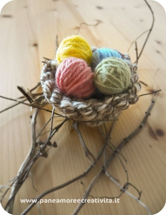 Easter eggs and nest : This Easter nest has been created with wool and old newspapers. It's really easy and fast to made, and allow you to reuse materials left over from other crafts.