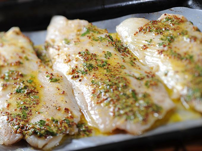 Si ya se te acabaron las ideas para preparar pescado Sonia Ortiz nos comparte su receta de filetes horneados con un toque de mostaza deliciosos para la temporada. Ingredientes 6 filetes de huachinango 2 cucharadas de mostaza 90 gr de mantequilla 5 ramas de perejil 1 limón ½ cucharita de pimienta negra 1 cucharita de sal Papel aluminio Utensilios y equipo