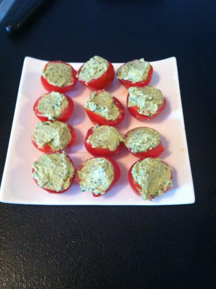 tapas.. cherrytomaatjes gevuld met boursin gemengd met pesto en beetje peper en…