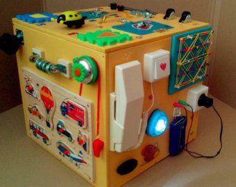 40х20х20 sm -8 puertas con cerraduras de diferentes -cremallera, tornillos con arandelas, interruptor, botón de botones rojos para 2 lámparas, lámpara, rueda pequeña, grandes muebles. -puertas interior abierto, vacío y usted puede guardar pequeños juguetes, etc.. Lámparas está trabajando en las baterías. La batería está prohibida enviar correo aéreo, para no poner en la lámpara. Usted puede insertar las baterías en las luces sin problemas en casa)) ==============================  Todos los…