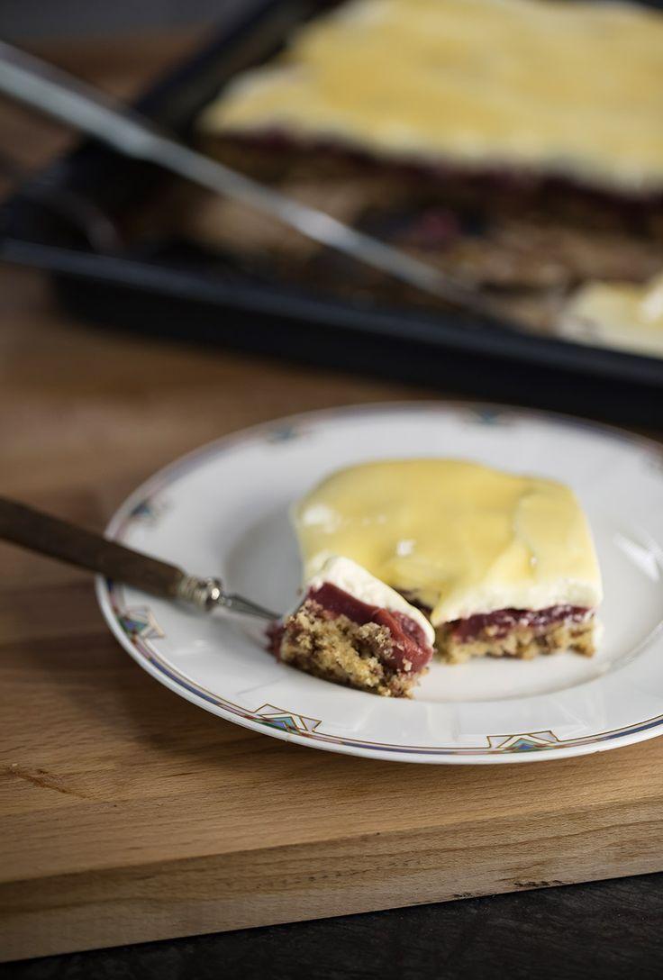Eierlikörkuchen mit Kirschen vom Blech - unser Blechkuchenmann hat da außerdem noch Schokostückchen untergebracht, wofür wir ihm sehr dankbar sind: LECKER!!!