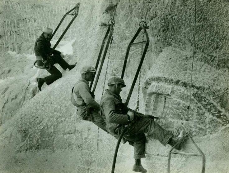 Sculptures du Mont Rushmore (USA) Les tailleurs de pierre et Gutzon Borglum (au fond)