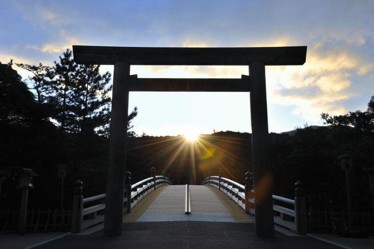 日本では「パワースポット」「縁結び」として大人気の神社。多くの若い独身女性が行きたい場所としている。一年を通して祭事も多く、厳かな雰囲気の中で執り行われる行事や、お祭りなども見逃せない。