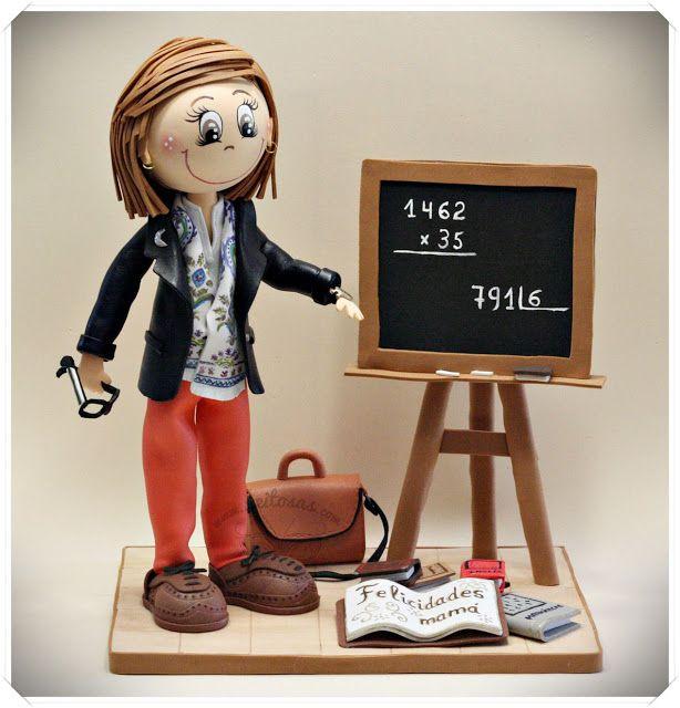fofucha profesora con pizarra, libro, maletín y gafas