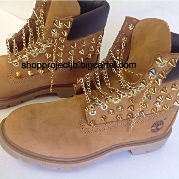 bb725e54e0d0 Gold spikes on the sides of shoe with gold chain laces.Timberlands run a  half