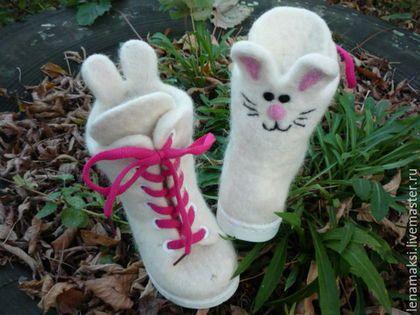 Купить или заказать Валенки детские 'Зайки' в интернет-магазине на Ярмарке Мастеров. Валенки-ботиночки для малыша. Сваляны вручную из натуральной овечьей шерсти(бергшаф). Подошва ортопедическая и морозоустойчивая.проклеена и прошита. Ботиночки очень легкие! Рисунок выполнен в технике 'сухое валяние' Выполню в любом цвете и с разными зверюшками!