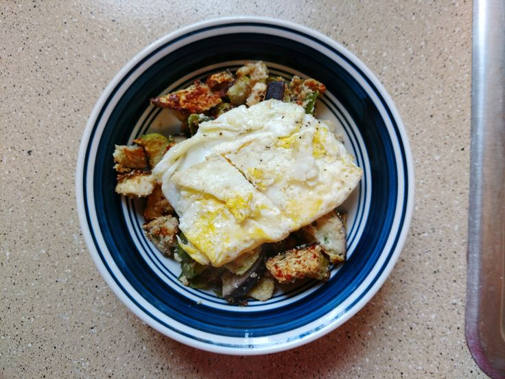 Easy Sunday Morning: Veggie Hash & Egg – Thyme & Again // #foodblogger #food #foodblog #brunch #sunday #sundayfunday #sundaymorning #breakfastrecipes #breakfast #breakfast #egg #hash #breakfasthash #recipe
