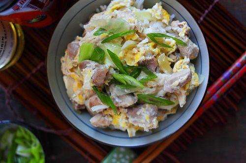 Oyako betekent ouders en kinderen in het Japans, en oyakodon is een traditioneel Japans rijst recept met kip en ei erbij. Ingrediënten (2 porties) : 1 kopje ongekookte witte rijst, korte korrel 2 kopjes water 1 kopje kippenbouillon 1/4 kopje sojasaus 2...