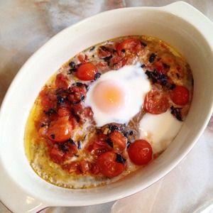 Запеченные яйца с томатами и базиликом