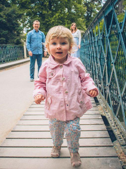Séance Laetitia, Stéphane et Maëla, photo extérieur Bois de Vincennes, île de Reuilly et Île de Bercy, Maela sur le pont qui court